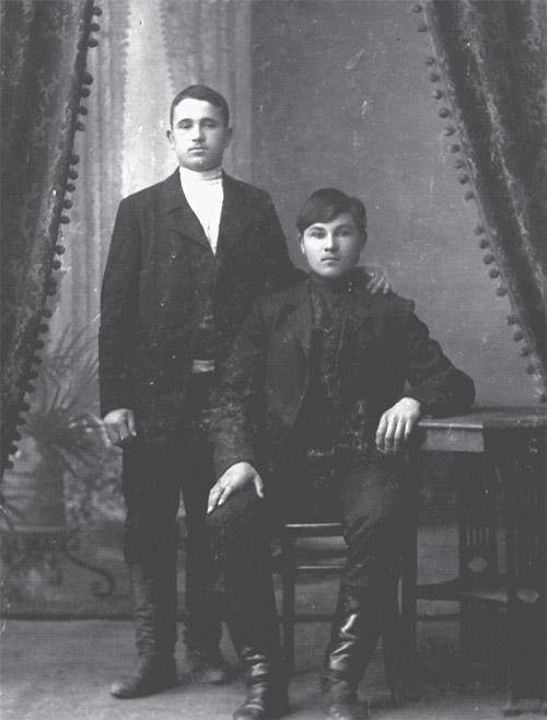 Зверевские железнодорожники Борис Ермин (сидит возле стола) и Иван Парахин. Фото 1911 года