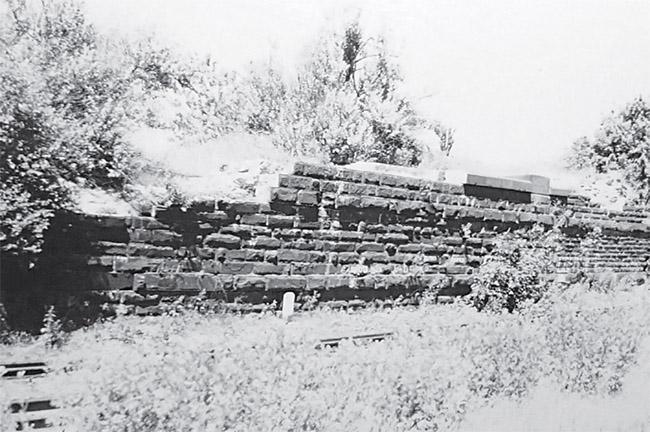 На фотографии 1998 года изображён зверевский путепровод Донецкой Каменноугольной железной дороги (через Козлово-Воронежко-Ростовскую ветвь). В настоящее время все старинные пиленые камни растащили местные (а может, и неместные) жители